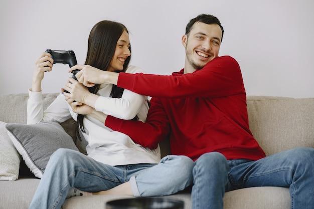 自宅でカップルがビデオゲームをプレイ 無料写真