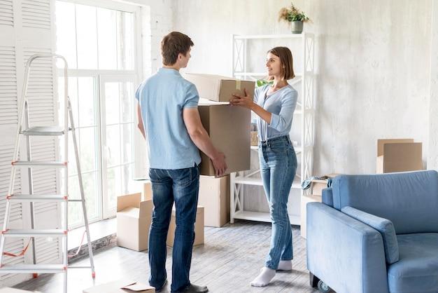 自宅でカップルが移動するボックスを準備 無料写真