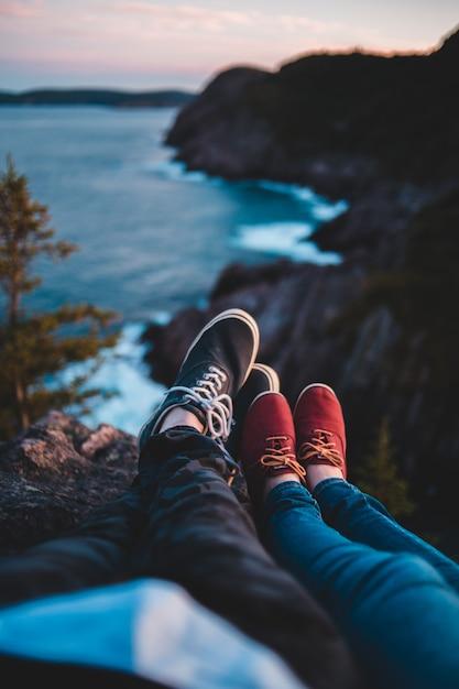 ビーチの概要と崖でのカップル 無料写真