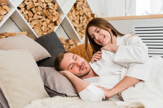 Coppia a letto indossando accappatoi svegliarsi Foto Gratuite