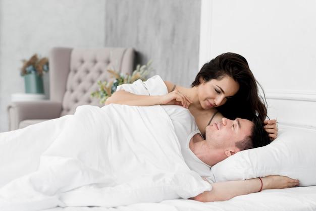自宅のベッドでロマンチックなカップル 無料写真