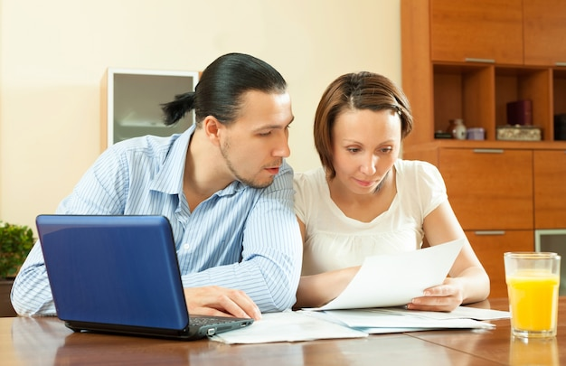 Couple calculating family budge Free Photo