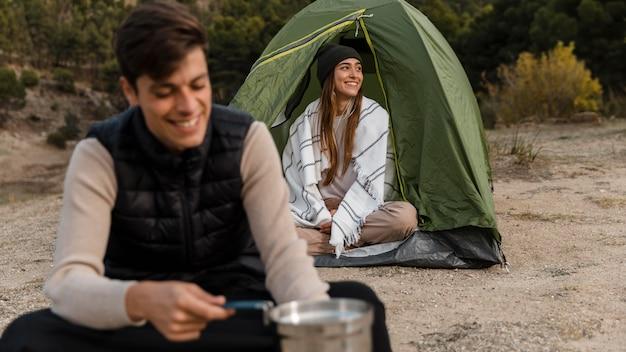 Пара кемпинг и счастливая на открытом воздухе Бесплатные Фотографии