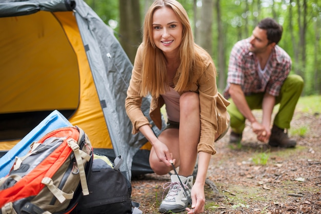 Coppia in campeggio nella foresta Foto Gratuite