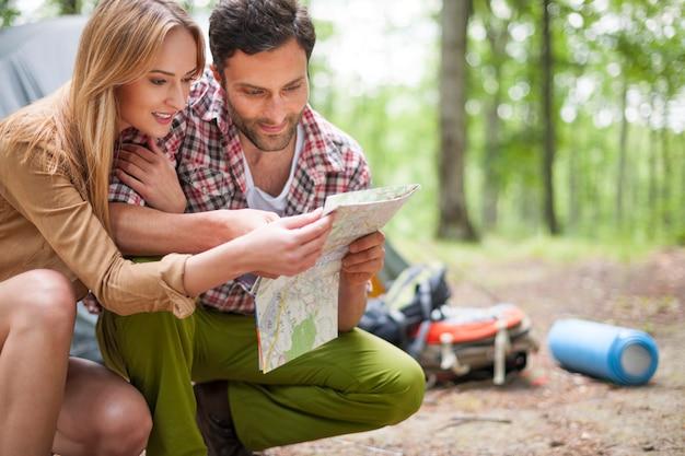 森の中でキャンプするカップル 無料写真