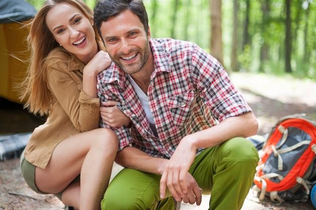 숲에서 캠핑하는 커플 무료 사진