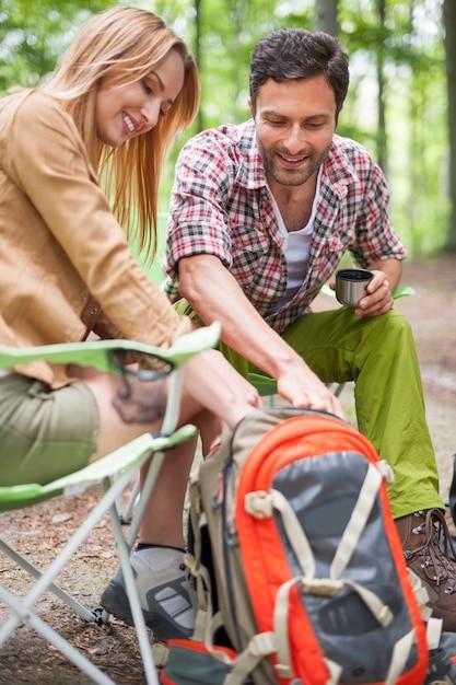 Пара, кемпинг в лесу Бесплатные Фотографии