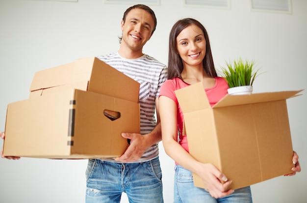 Couple carrying boxes Free Photo