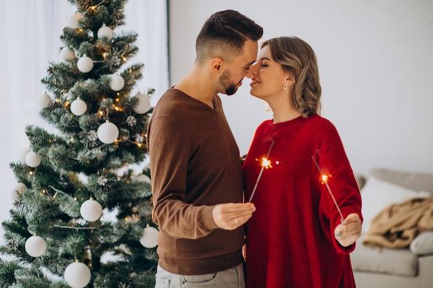 Пара празднует рождество вместе дома Бесплатные Фотографии