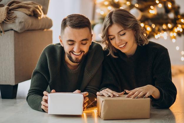 家で一緒にクリスマスを祝うカップル 無料写真