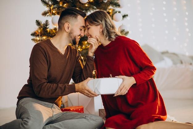 Пара вместе празднует рождество Бесплатные Фотографии