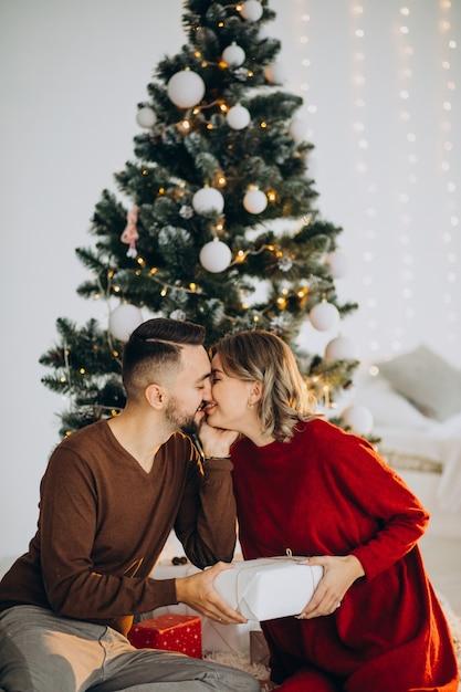 함께 크리스마스를 축 하하는 커플 무료 사진