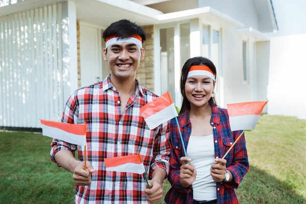Пара празднует день независимости вместе Premium Фотографии