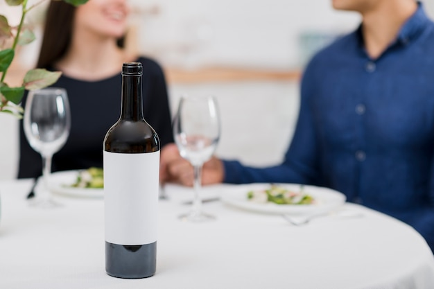 Пара празднует день святого валентина с бутылкой вина Premium Фотографии