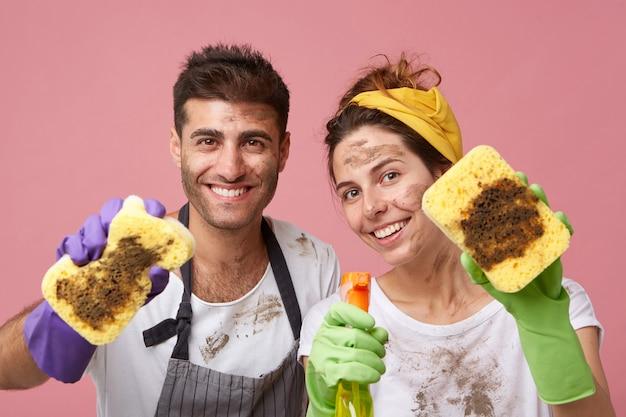 Coppia che pulisce tutto nel loro appartamento Foto Gratuite
