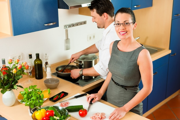 Couple cooking together in kitchen Premium Photo