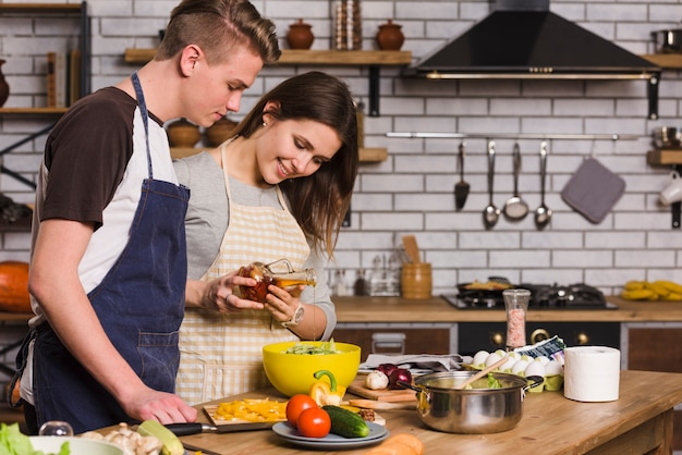Couple cooking vegetarian salad with fresh vegetables Free Photo