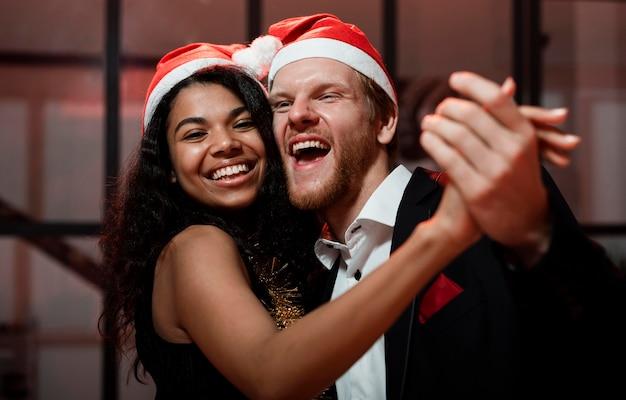 Пара танцует на новогодней вечеринке Бесплатные Фотографии