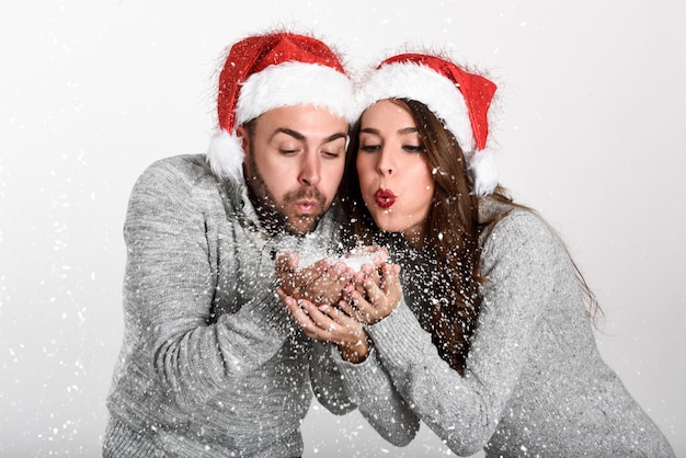 Couple dressed with winter clothes Free Photo