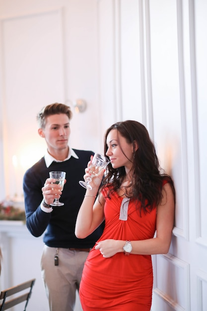 シャンパンを飲むカップル 無料写真