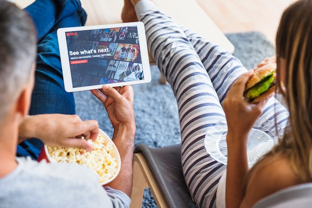 Couple eating and browsing netflix site Free Photo