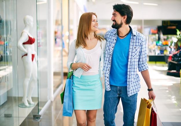 Couple enjoying a day of shopping Free Photo