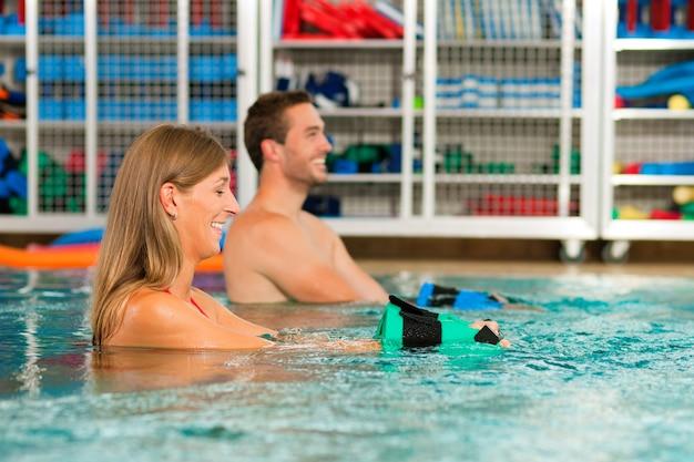 Couple exercising aquarobics Premium Photo