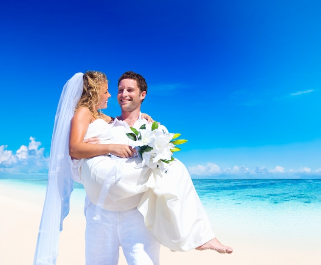 Couple getting married at a beach in samoa Premium Photo