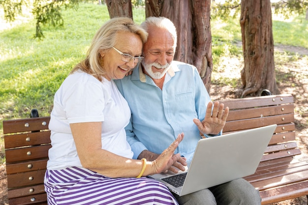Пара приветствует кого-то на ноутбуке Бесплатные Фотографии