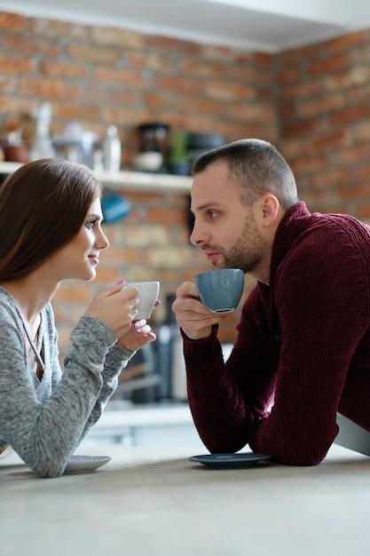 コーヒーを持っているカップル 無料写真