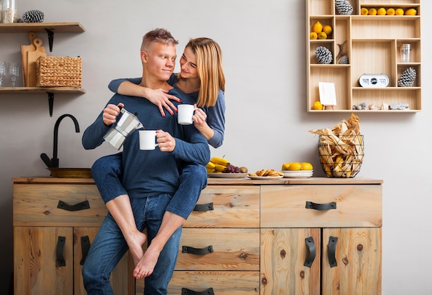 キッチンで一緒に楽しい時間を持っているカップル 無料写真