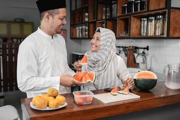 Пара готовит фруктовый обед Premium Фотографии