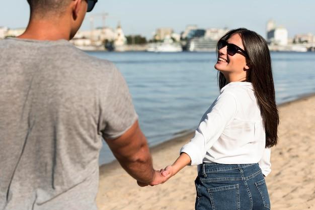 Пара весело вместе на пляже Бесплатные Фотографии