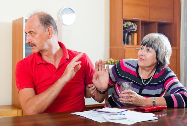 Couple having quarrel over   documents Free Photo