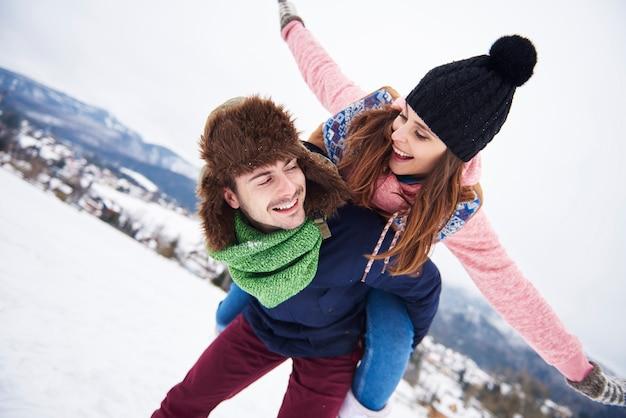 Coppie che hanno vacanza in montagna Foto Gratuite