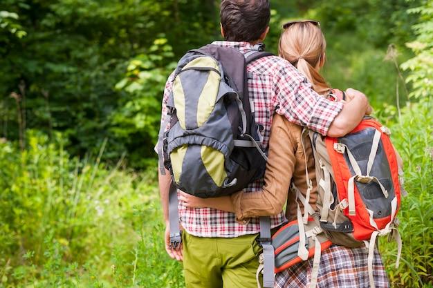 숲에서 하이킹하는 커플 무료 사진