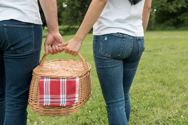 ピクニックバスケットを持ってカップル 無料写真