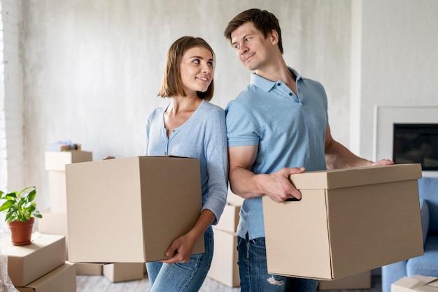 Пара, держащая коробки на день переезда Бесплатные Фотографии