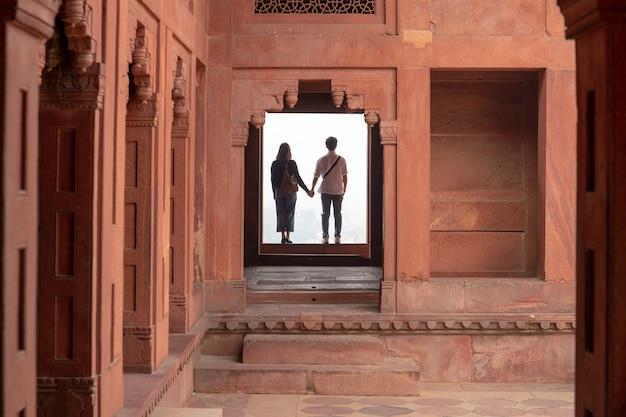 Couple holding hands while visiting a fatehpur sikri, uttar pradesh. Premium Photo