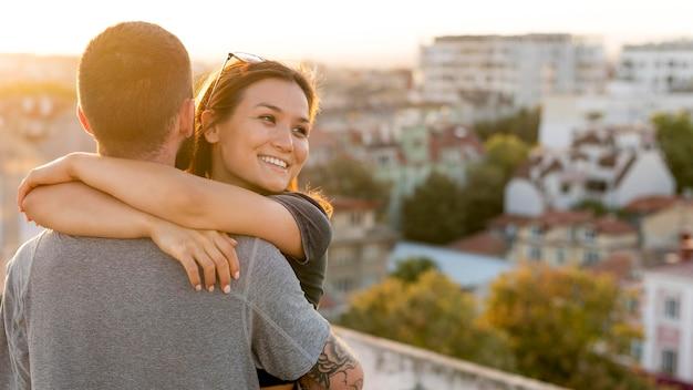 コピースペースで屋外で抱き締めるカップル 無料写真