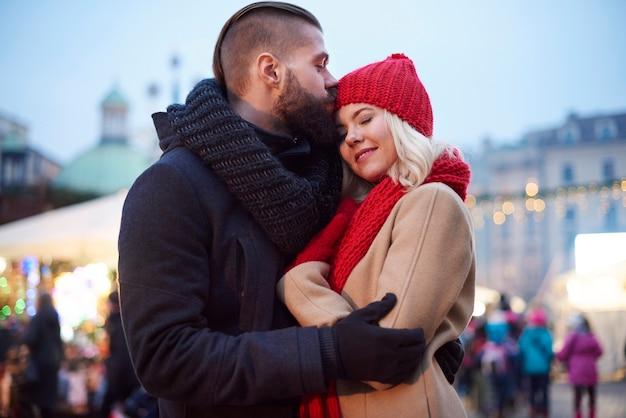 Влюбленная пара на улице Бесплатные Фотографии