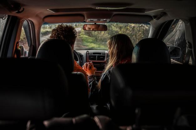 Пара в машине в поездке Бесплатные Фотографии