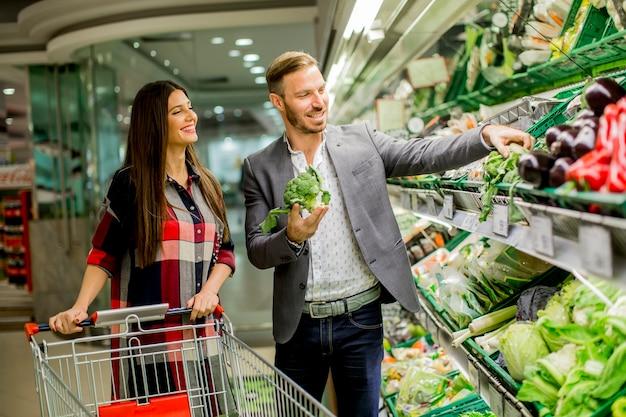 Couple in the supermarket Premium Photo