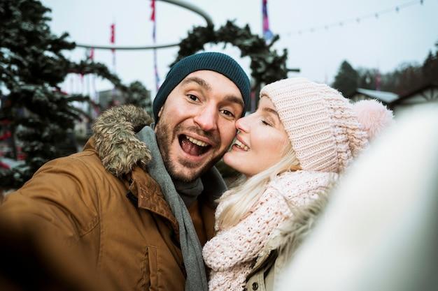 Пара зимой, целуя Бесплатные Фотографии