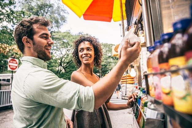 Couple at kiosk in new york Premium Photo