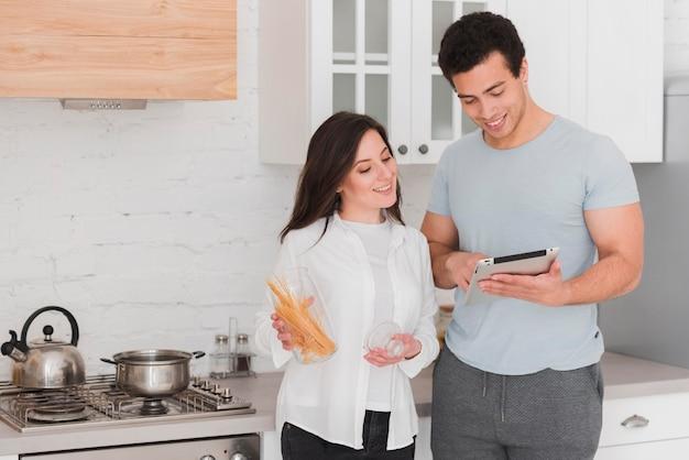 Coppia che impara a cucinare dai corsi online Foto Gratuite