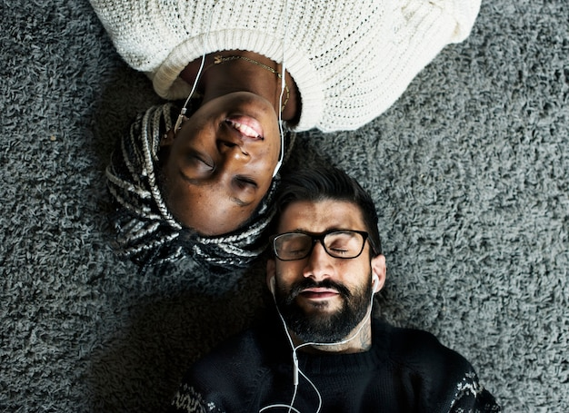 Couple listening to music together Premium Photo