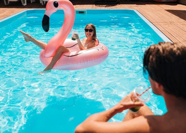 プールでお互いを見ているカップル 無料写真