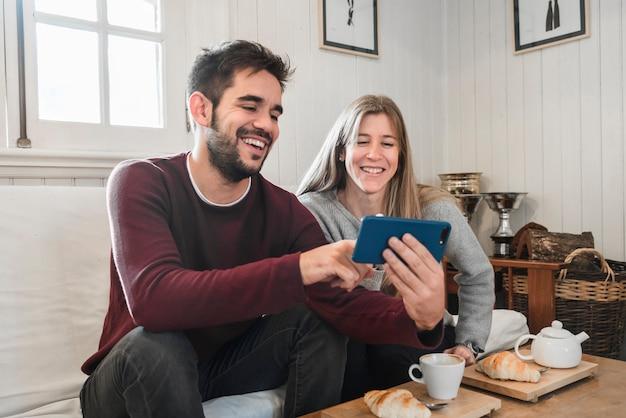 電話で写真を見ているカップル 無料写真