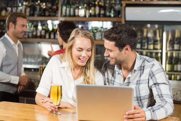 Couple looking at a laptop Premium Photo